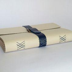 Caderno de Receitas de couro sintético vermelho forrado com tecido de algodão tricoline de melancia. Vem com colher de pau para fechar o caderno. #encadernação #bookbinding