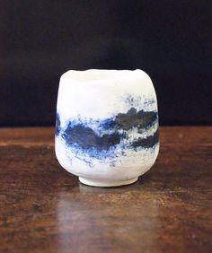 Portavela azul y blanca, para encender tu velas por al atardecer. Brokken Ceramics Diámetro 6cm. / Altura 8cm. Anastasia, Home Decor, Blue And White, Blue Nails, Primitive, Candles, Decoration Home, Room Decor, Home Interior Design