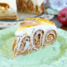 Jablečný palačinkový fitness dort s tvarohovou sněhovou vrstvou vytváří efektní mozaiku, a tak je super volbou jako dezert na oslavu nebo když chcete zamachrovat před návštěvou :-). Ale hodí se i jako snídaně. Když si ho upečete, máte na týden o snídani vystaráno. Je nízkotučný a má vyšší obsah bílkovin díky proteinovému prášku. I když je složitější na přípravu, námaha se vyplatí. Obzvlášť jestli milujete palačinky a jablka. Low Carb Recipes, Healthy Recipes, Good Food, Yummy Food, Protein, Food And Drink, Granola, Trifle, Baking