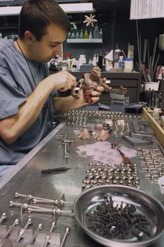 Behind the scenes of SMALL SOLDIERS - Rod puppet rehearsal at Stan WInston Studio with the Chip Hazard and Archer puppets. Small Soldiers, Model Building, Archer, Puppets, Behind The Scenes, Battle, Studio, School, Character