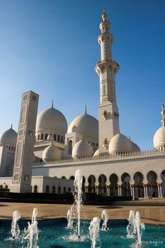 Discover Abu Dhabi on Itinera Magica! Islamic Wallpaper Iphone, Mecca Wallpaper, Islamic Quotes Wallpaper, Abu Dhabi, Dubai, Uae National Day, Mosque Architecture, Mekkah, Beautiful Mosques