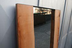Specchio realizzato da due tavole di Pero, arricchito dalla corteccia a vista nel lato interno.