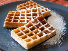 La gaufre belge, qu'elle soit de Bruxelles ou de Liège, est mondialement connue. La gaufre de Liège, épaisse, contient du sucre perlé qui croque savoureusement sous la dent. Préférez-la chaude, le parfum est d'autant plus délicat. Quant à sa cousine, la gaufre de Bruxelles, plus légère, elle se déguste saupoudrée de sucre impalpable ou recouverte de crème fraîche et de fraises.