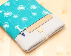 This cute padded 15 inch laptop case it´s designed to protect your laptop from dust and scratches. It´s made of cotton fabric and padded with 1 cm foam to ensure extra protection. It also comes with a wooden button closure and a cord.  Includes two exterior pockets (front and back) to hold your notebooks, cell phone, pen etc.  This case will fit your:  - New Macbook pro 15 (2016) - Alt Macbook Pro 15 with retina - Alt Macbook Pro 15 - Other custom 15 Laptop   Please select in the drop down…