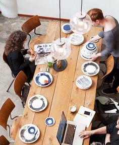 Grote huten eettafel, servies met print en schoolstoelen