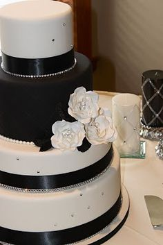Black and white cake with bling #DBBridalStyle