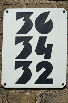 Huisnummers in Amsterdamse School-stijl