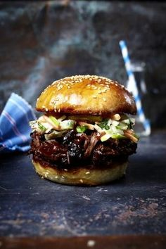 Burger with torn beef neck, barbecue sauce and apple pie .- The recipe for burgers with torn beef neck, barbecue sauce and apple coleslaw (pulled beef burger) and other free recipes on LECKER. Bbq Burger, Beef Sandwich, Beef Burgers, Whiskey Burger, Burger Recipes, Grilling Recipes, Pork Recipes, Sauce Recipes, Apple Coleslaw