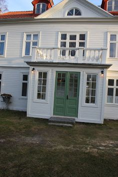 veranda med balkong på - Sök på Google Barn House, Cottage, House Inspo, House Exterior, Scandinavian Home, Building A House, Home Focus, Craftsman House, Swedish House