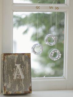 キラキラビーズのリースを窓辺に飾るときは、わざと長さを変えるとおしゃれ。/手軽に作れる、クリスマス雑貨(「はんど&はあと」2012年12月号)