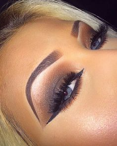 Last nights eyes ⚡️ #Wakeupandmakeup #jessjanemakeup #makeupbyevon #vanitymakeup…