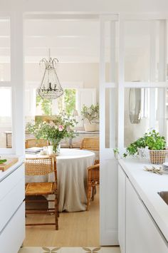 I could be comfortable in this space. Via Charming decor. Cottage Kitchens, Home Kitchens, Kitchen Eating Areas, Diy Esstisch, Diy Dining Table, Dining Room, Decorate Your Room, Shop Interiors, Luxury Furniture