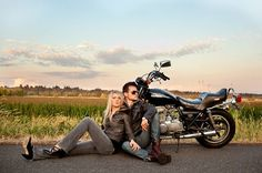 I love this pose, motorcycle or not! Motorcycle Photo Shoot, Motorcycle Wedding, Photography Photos, Couple Photography, Engagement Photography, Bike Photoshoot, Pre Wedding Photoshoot, Motorcycle Couple Pictures, Biker Couple