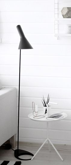 Lampe: AJ gulvlampe Gulvlampe Designer: Arne Jacobsen Leverandør: Louis Poulson År: