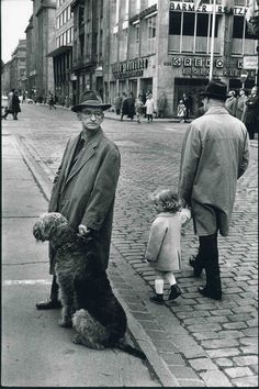 Kroutchev Planet Photo: Leonard Freed was a documentary photojournalist Free Photography, Vintage Photography, Fine Art Photography, Magnum Photos, Leonard Freed, Street Dogs, Airedale Terrier, Terriers, Photographer Portfolio