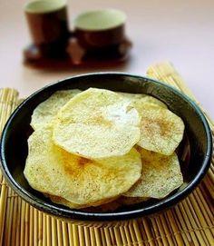 17种马铃薯做法,小孩大人都爱吃哦,快来学吧!广告         自制非油炸薯片(网络图片)1.马铃薯切成薄片,泡在水里去掉淀粉;2.控干水分,两面涂油撒盐,放在盘子上不加盖,微波炉900W高火5分钟;3.取出后,如果背面还有水分,就再翻面高火1-2分钟即可。培根马铃薯饼(网络图片)1.马铃薯洗净,表面切十字,不要太深,放锅中大火煮熟捞出,剥皮压泥;2.培根和洋葱切末。锅中倒油,大