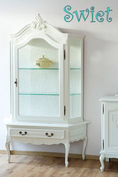 Superior Shabby Chique Furniture Restyled In Warm White.