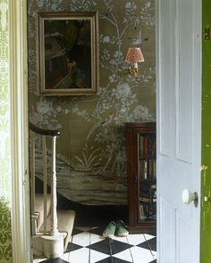 Black and white painted floor with de Gournay wallpaper in this fetching entry Et Wallpaper, De Gournay Wallpaper, Chinoiserie Wallpaper, Chinoiserie Chic, Foyer Wallpaper, Chinoiserie Fabric, French Wallpaper, Victorian Wallpaper, Painted Wallpaper