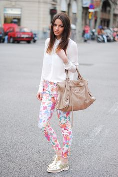 Floral pants are happy pants High Fashion Outfits, Look Fashion, Casual Outfits, Fashion Styles, Fashion Women, Floral Print Pants, Printed Pants, Patterned Pants, Passion For Fashion