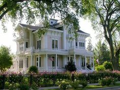 Beautiful Victorian home from Woodland, CA.  I'm in LOVE!!!  ♡♡♡