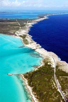 Eleuthera op de Bahamas, dat de donkere Atlantische Oceaan van het helderblauwe water van de Caribische Zee scheidt.