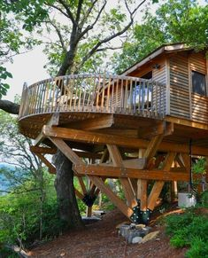 Treehouse Living, Treehouse Cabins, Treehouses, Tree House Plans, Cool Tree Houses, Tree House Designs, Backyard Projects, Cabins In The Woods, House Goals