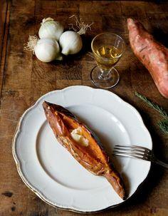 Recette Patates douces au romarin : Piquez les patates douces sur la longueur avec un couteau. Enveloppez-les de papier aluminium. Dans chaque papillote, glisse...