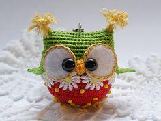 ¡ Hola! Le encanta los buhos por mí. Llavero está hecho a mano de hilo de algodón, relleno de relleno de suave fibra.  medidas: Buho de 5 x 5 cm largo