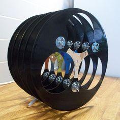Veel mensen hebben nog veel oude vinylplaten liggen. Vinylplaten die nog veel waard zijn, moet je natuurlijk bewaren of verkopen. Echter, goedkopere vinylplaten zijn super om te hergebruiken!