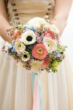 Kleiner Boho Brautstrauß in hängender Form in den Pantone Farben 2016 Serenity und Rose Quartz
