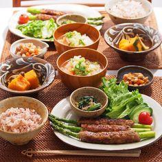 「2016/2/10 水 #晩ごはん ・ ✳︎アスパラつくね ✳︎かぼちゃとしめじのバター蒸し煮 ✳︎大豆の五目煮 ✳︎ほうれん草ともやしのナムル ✳︎白菜のお味噌汁 ・ アスパラ好きのオットには、3本あげました ・ アスパラに肉だねを巻いてると、なんだか居酒屋の店員になった気分 ・」 Asian Recipes, Healthy Recipes, Eat This, Japanese Dishes, Japanese Food, Evening Meals, Daily Meals, Sushi, Food Menu