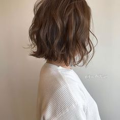 Messy short hairstyles are everywhere. Japanese hairstyle design has always had its characteristics. Medium Length Wavy Hair, Medium Short Hair, Medium Hair Styles, Curly Hair Styles, Natural Hair Styles, Kawaii Hairstyles, Cool Short Hairstyles, Short Bob Hairstyles, Digital Perm
