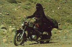 Who said we can't ride a motorcycle wearing a hijab? Hijab Niqab, Muslim Hijab, Beautiful Hijab, Beautiful Outfits, Hijab Quotes, Womens Liberation, Modele Hijab, Niqab Fashion, Islam Women