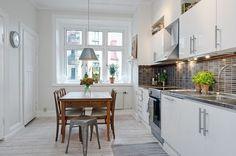 50 idei minunate de design pentru amenajarea bucatariei in stil scandinav Stilul scandinav se defineste prin culoarea alba si curata a peretilor, cu piese de mobilier simple dar remarcabile. Vedem idei pentru amenajarea bucatariei http://ideipentrucasa.ro/50-idei-minunate-de-design-pentru-amenajarea-bucatariei-in-stil-scandinav/
