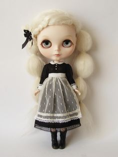 Image from http://www.chuthings.com/images/blythe_shop/antiqueromance_01.jpg.