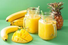 Ein sommerfrischer Smoothie aus frischen Zutaten wie Mango, Banane und Ananas ist für jeden ein Genuss und man holt sich den Sommer nach Hause.