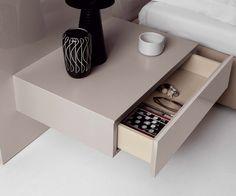 Hängender Nachttisch mit einer Schublade - Einfach auf die optimale Höhe neben das Bett hängen