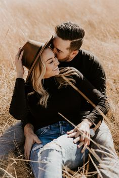 Engagement Photo Poses, Engagement Photo Inspiration, Engagement Couple, Engagement Pictures, Engagement Photography, Western Engagement Photos, Mountain Engagement Photos, Engagement Outfits, Fall Engagement