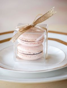 Macaron in a clear box for a party favor. PERFECT!!! Pin from: http://www.lapetitesucre.com/the-gallery-2/. Wedding Desserts // Aisle Perfect