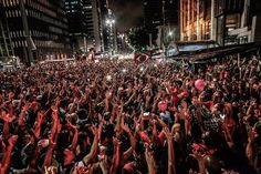 Vitória após 22 dias históricos. A ocupação por parte do Movimento dos Trabalhadores sem Teto (MTST) da Avenida Paulista, o maior centro financeiro do paí, acaba em festa. O governo cedeu e atendeu a reivindicação do movimento: a retomada da contratação de moradias populares do Programa Minha Casa Minha Vida.