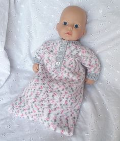 Ravelry: Baby Annabell sleeping bag pattern by linda Mary Knitted Doll Patterns, Knitted Dolls, Baby Knitting Patterns, Baby Patterns, Free Knitting, Charity Knitting, Crochet Patterns, Knitting Dolls Clothes, Baby Doll Clothes