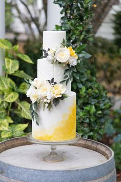 White and yellow wedding cake with fresh flowers Llamas And Lemons For This Bright Vintage Wedding Inspiration - Photography Szu Designs Inc Summer Wedding Cakes, Black Wedding Cakes, Budget Wedding Cakes, Wedding Cake Vintage, Cupcake Wedding, Fresh Flower Cake, Flower Cakes, Cake Trends, Colorful Cakes