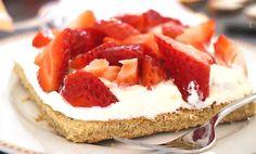 Sehr feiner Low Carb Blechkuchen mit frischen Erdbeeren und Schlagsahne. Der Teig besteht aus einer Mischung aus Kokos- und Goldleinsamenmehl.