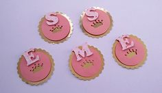 Tag no tema realeza personalizada com a inicial do aniversariante para decorar pirulitos, tubetes, garrafinhas, caixinhas, etc. Festa realeza, festa coroa, festa princesa.