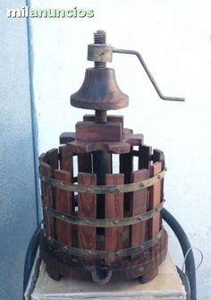 . Antigua prensa de vinos Botellero Giratorio de madera y hierro. En buen estado.  Medidas : alto 51 x diametro 25 x Base 28 Peso: 2,5 kg.