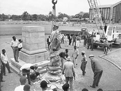 Removal of the King George V statue Nairobi, Historical Pictures, King George, East Africa, Kenya, Mount Rushmore, Nostalgia, Statue, Mountains