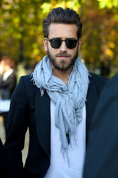 Foular, un look moderno y europeo, si nunca usas bufandas empieza por usar una de un color neutro