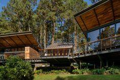 Thiết Kế Thi Công Nhà Tiền Chế Trên Đất Đồi Núi Concrete Siding, Wood Siding, Glass Walkway, Butterfly Roof, Guatemala City, Little Cabin, Exterior Remodel, Glass House, Metal Roof