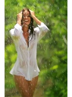 Beautiful Gif, Hello Gorgeous, Gifs, Girl In Rain, Under The Rain, Rain Photography, Romantic Pictures, Sexy Gif, Keira Knightley