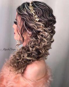 """7,434 curtidas, 65 comentários - Cachos e inspiração 🌸 (@cachosinspiracaoinsta) no Instagram: """"É penteado que você quer? Olha que lindo ❤️😍 Migas hoje tem pot no blog as 20:00 ❤️ 😍 #admcachos…"""" Natural Hair Wedding, Curly Wedding Hair, Wedding Hairstyles For Long Hair, Prom Hair, Elegant Hairstyles, Curly Hair Styles, Natural Hair Styles, Curly Hair Problems, Curly Hair Tips"""